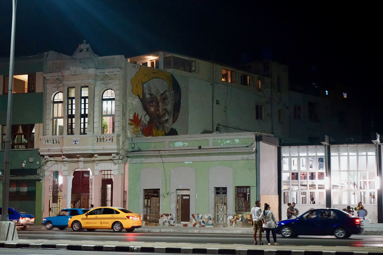 La Habana.  El Malecón por la noche
