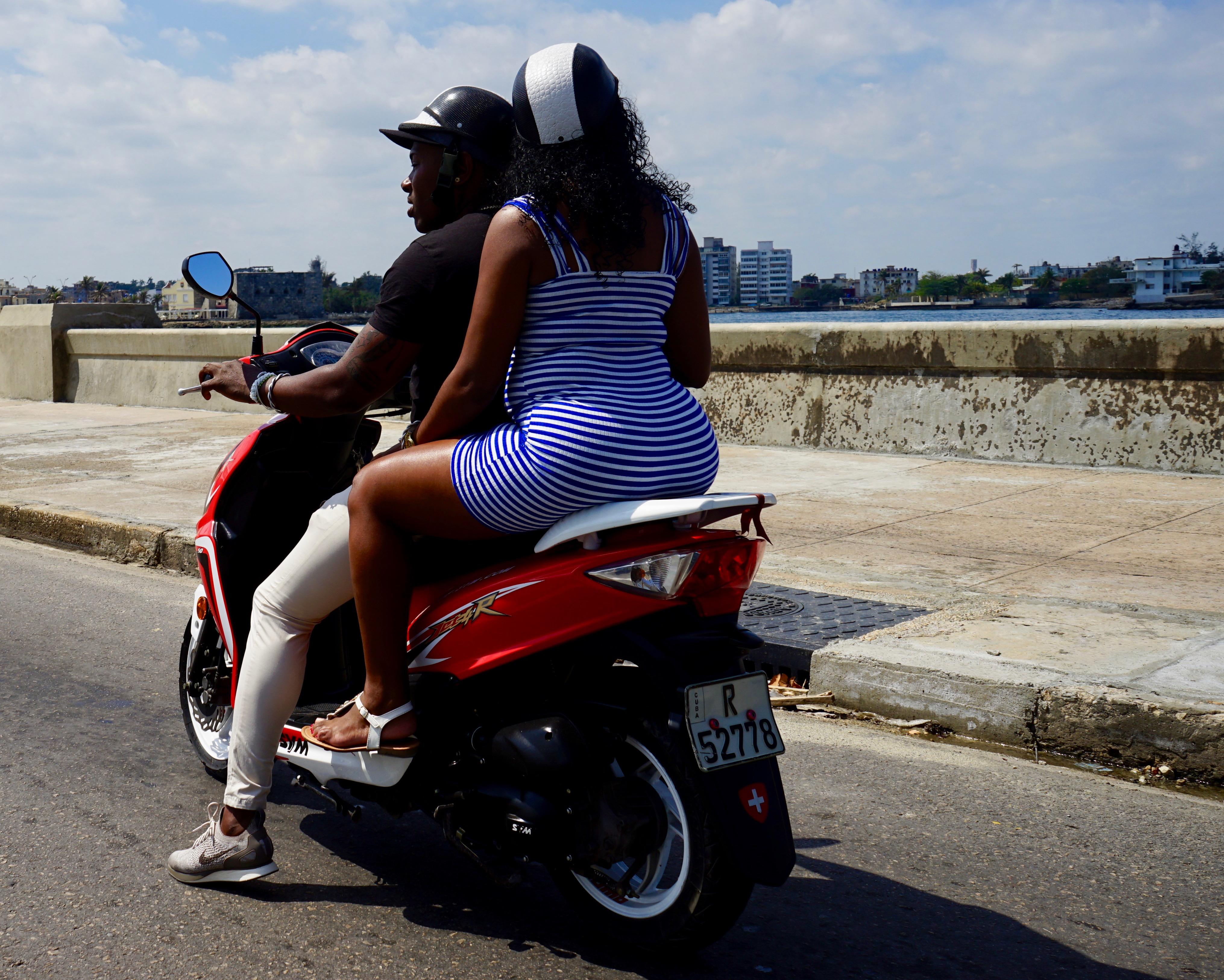 Por la mañana El Malecón.  La Habana.