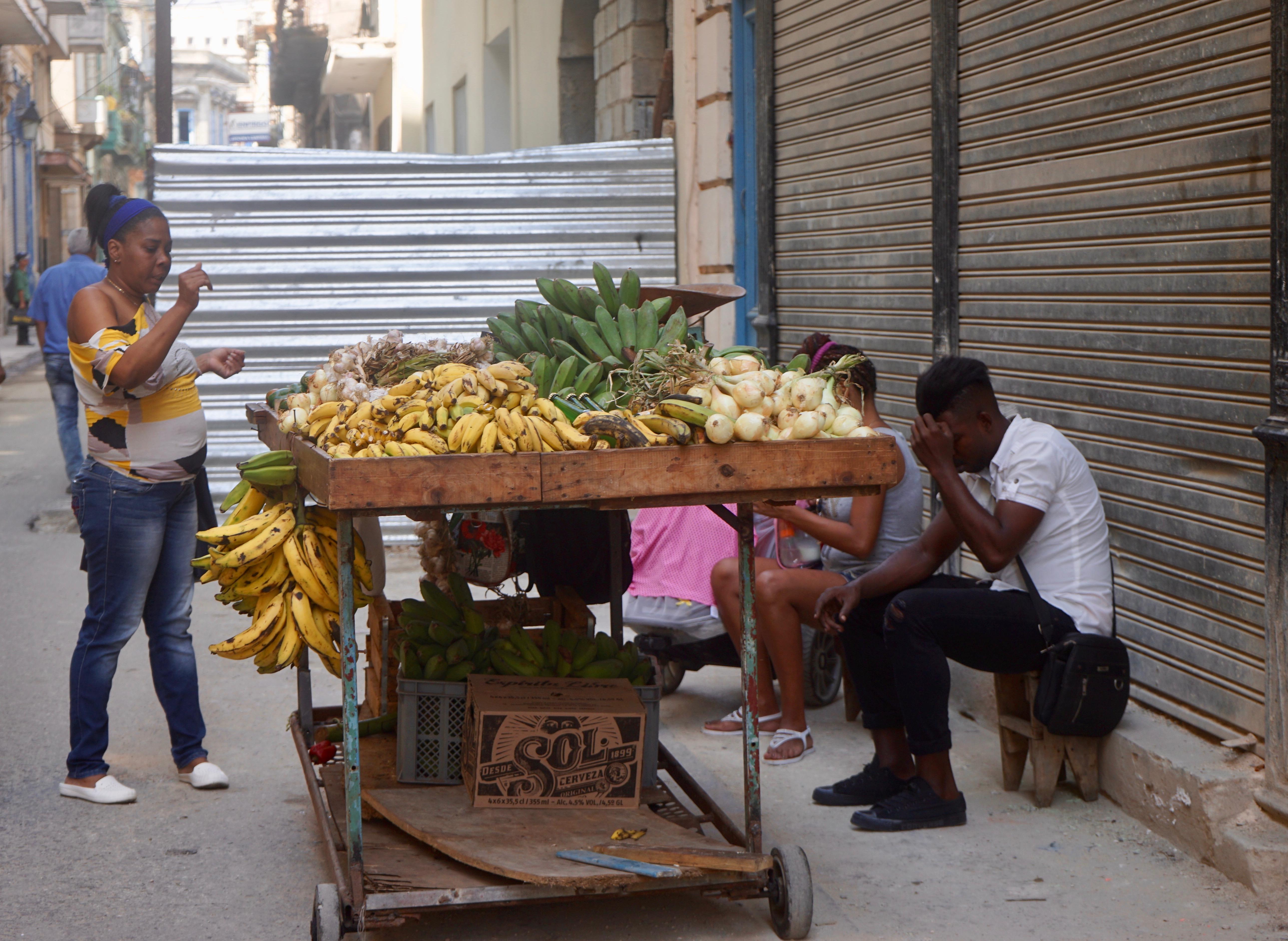Vendedor de fruta en la calle Muralla