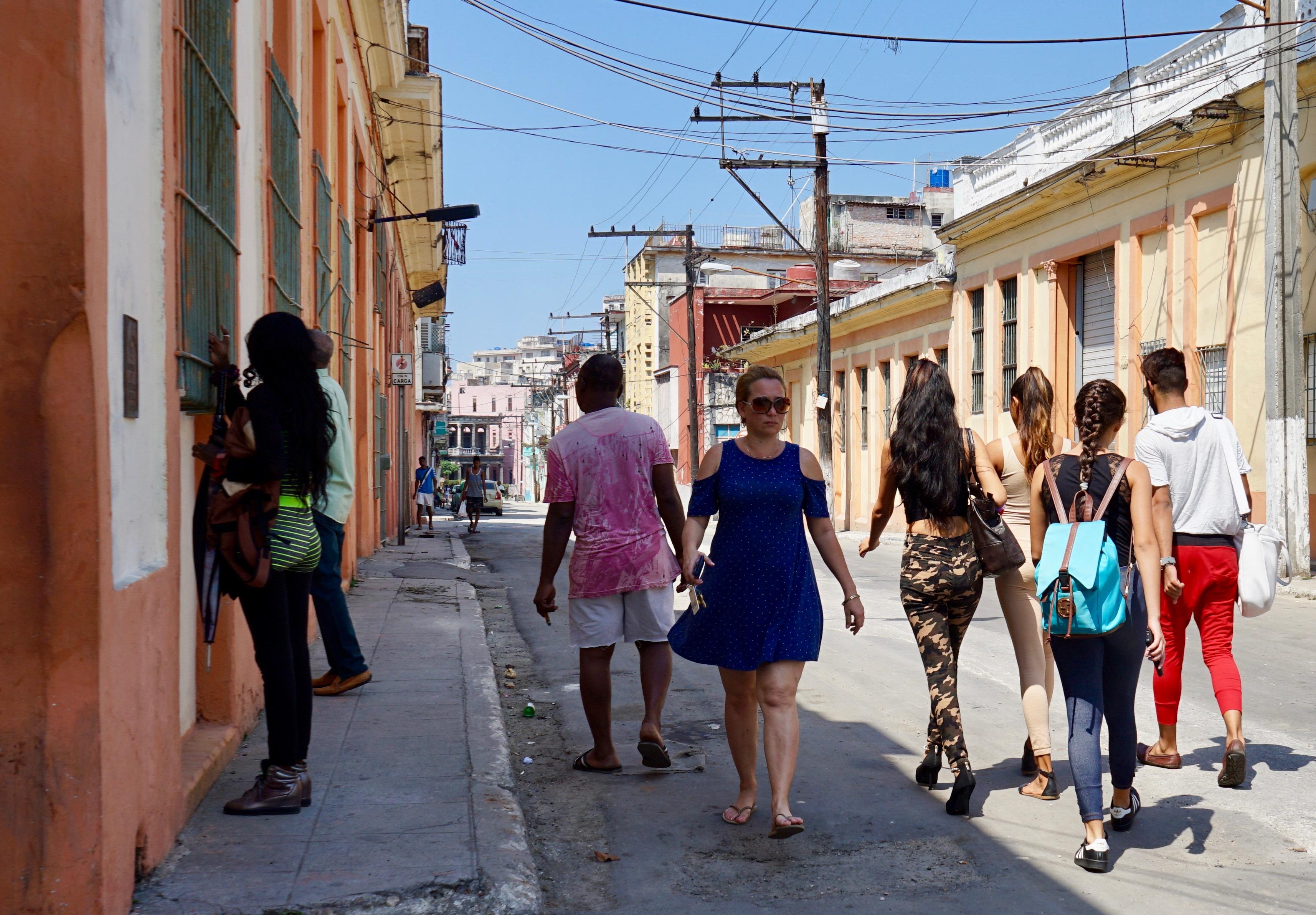 De domingo en la calle Basarrate.  La Habana