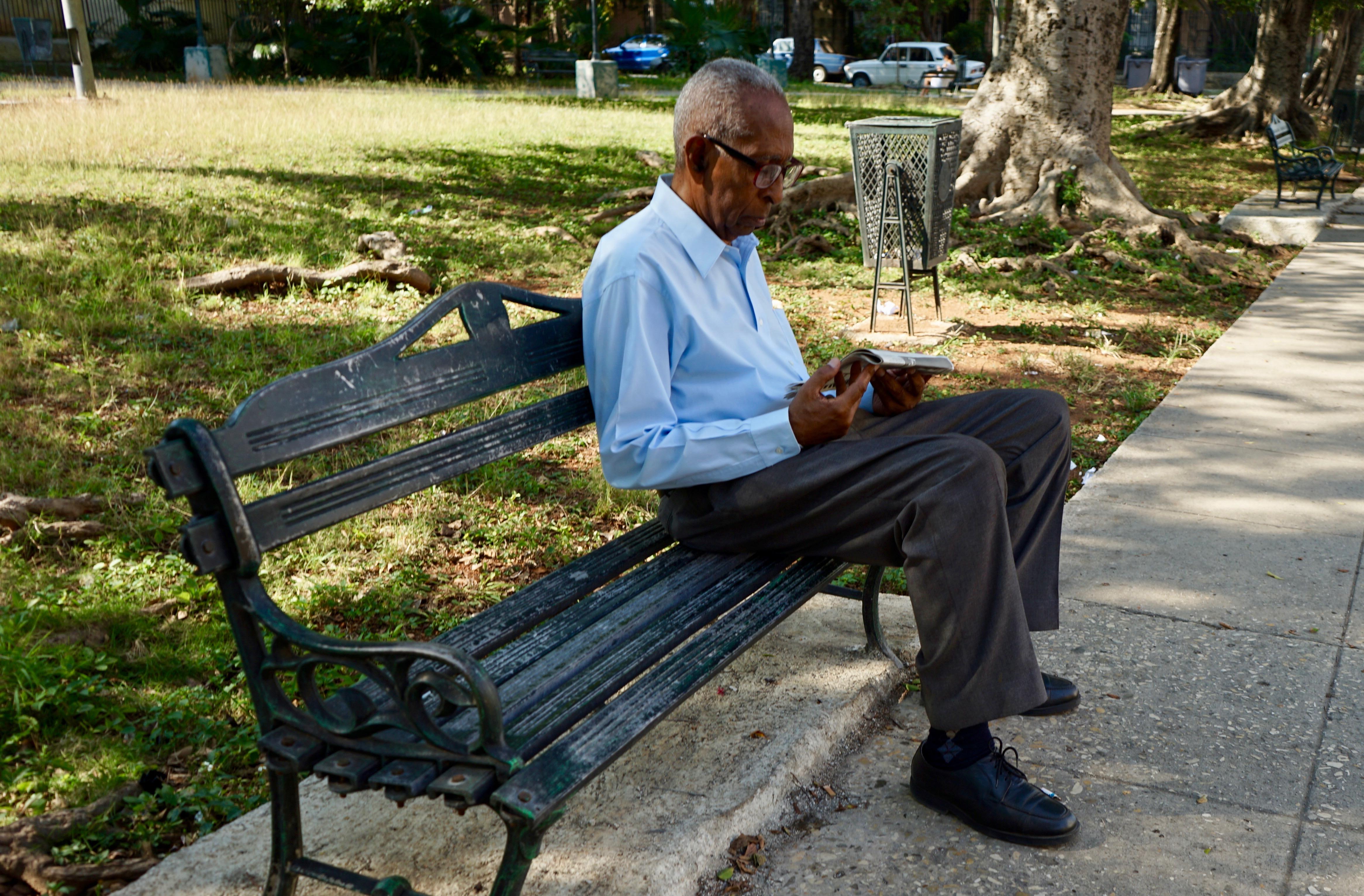 Leyendo .El Vedado.  La Habana.