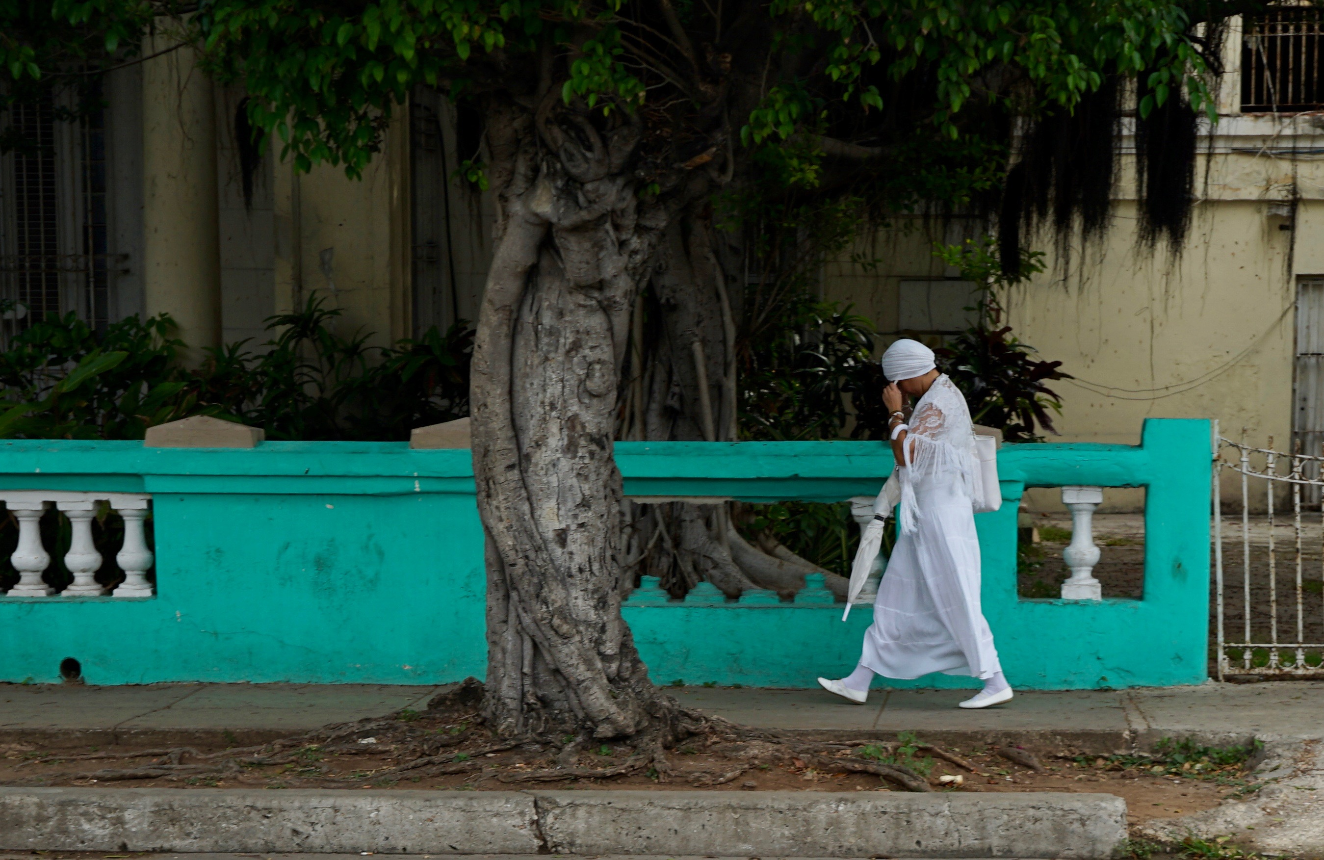 Mujer practicante Yoruba. La Habana
