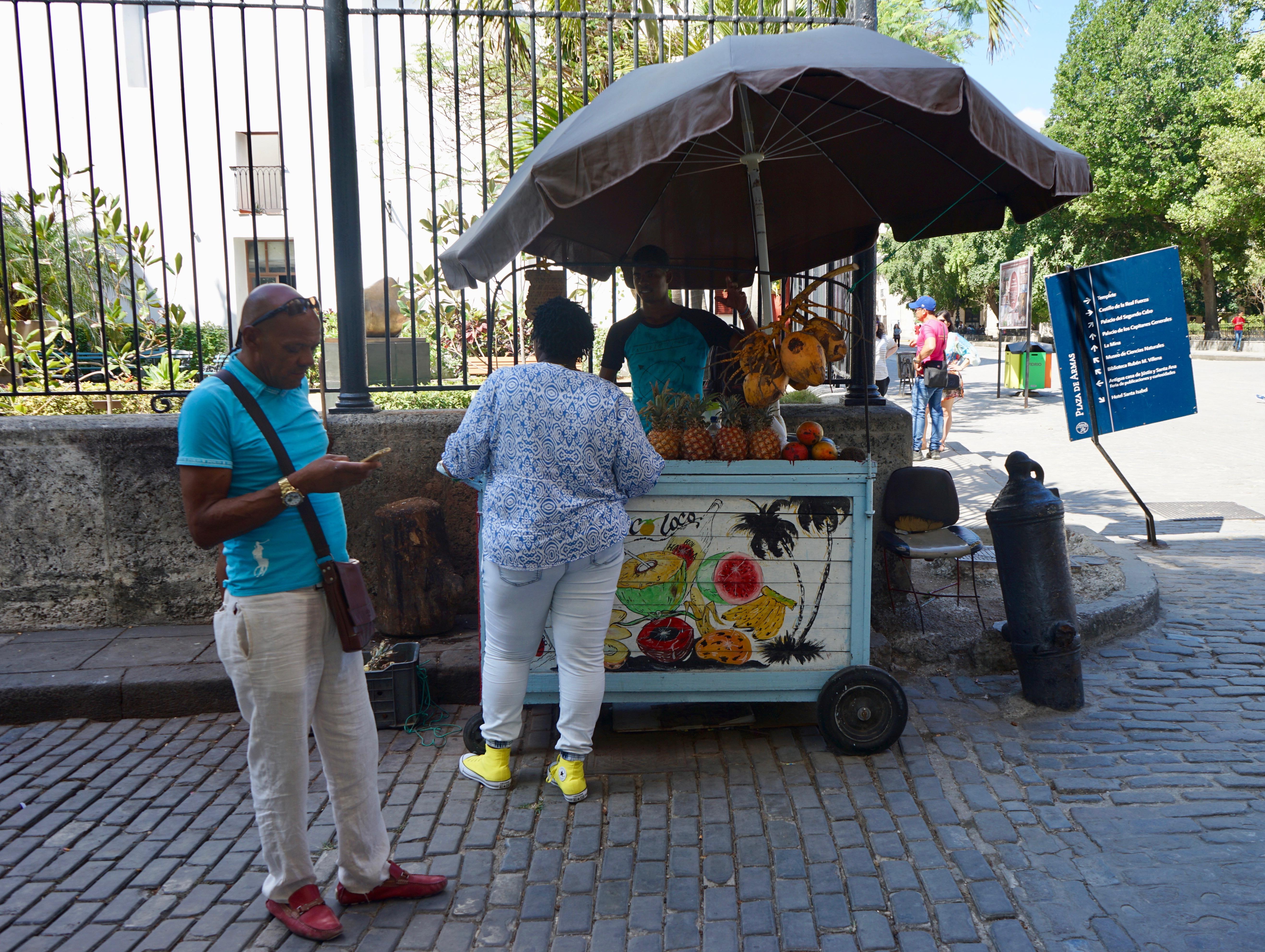 Carrito de los zumos de fruta.  La Habana Vieja.
