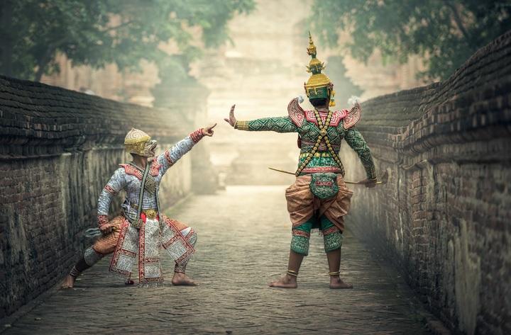 Representación teatral con los vistosos trajes tradicionales